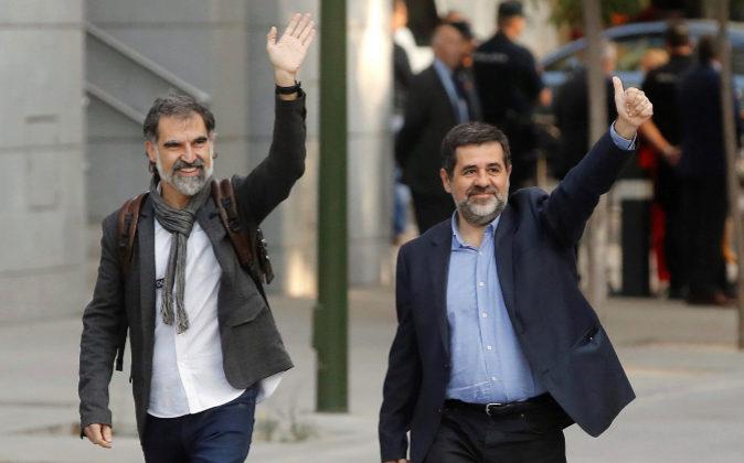 El presidente de Òmnium Cultural, Jordi Cuixart (izda.), y el...