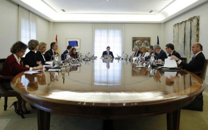 El jefe del Ejecutivo, Mariano Rajoy (c), preside la reunión...