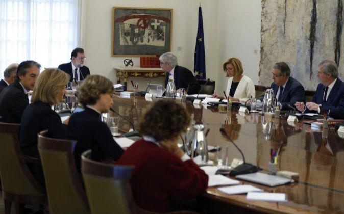 El jefe del Ejecutivo, Mariano Rajoy (5d), preside la reunión...