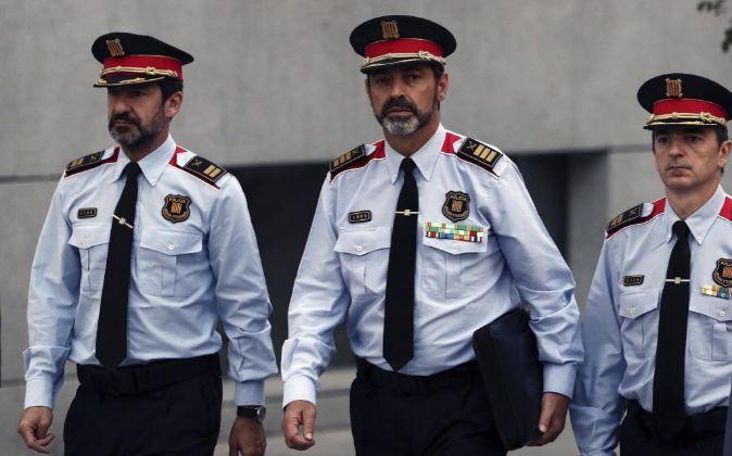El jefe de los Mossos d'Esquadra, Josep Lluis Trapero (c), a su...