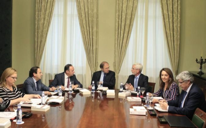 El presidente del Senado, Pío García-Escudero (c), junto al...