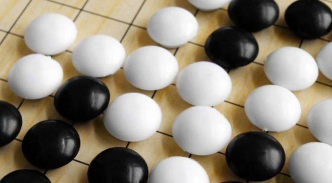Piezas de Go, el complejo juego ajedrez oriental.