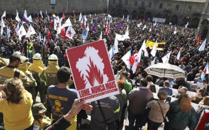 Miles de personas han marchado hoy por las calles de Santiago de...