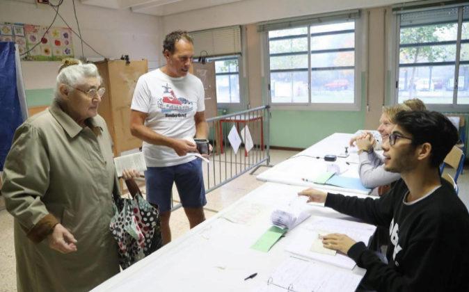 Ciudadanos votan ayer en Brescia (Italia) durante el Referéndum para...
