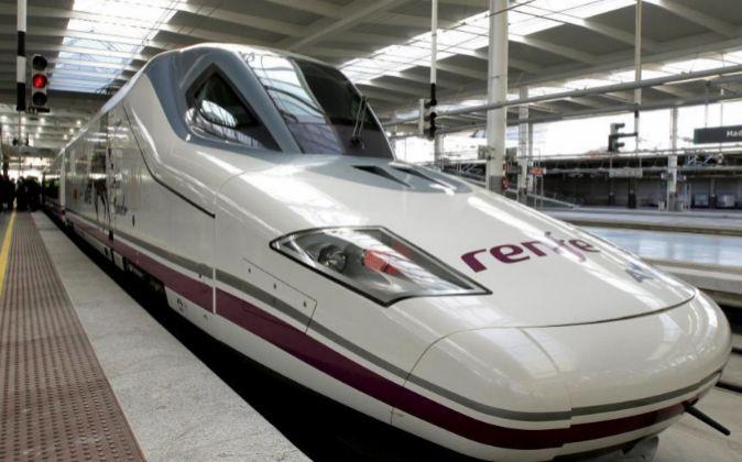 Tren de alta velocidad (AVE) en la estación de Puerta de Atocha, en...
