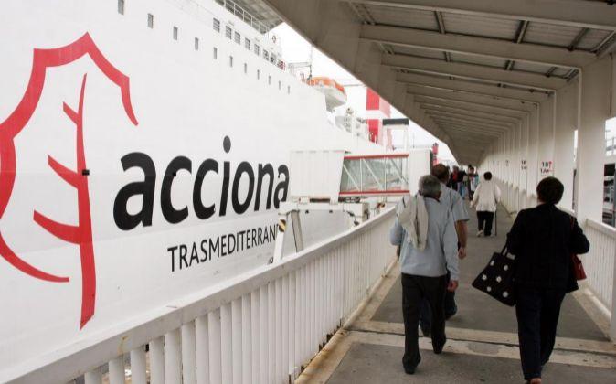 Puerto pasarela para el embarque de pasajeros de Ferrys de Acciona...