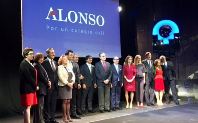 José María Alonso, en el centro, junto al conjunto de diputados que...