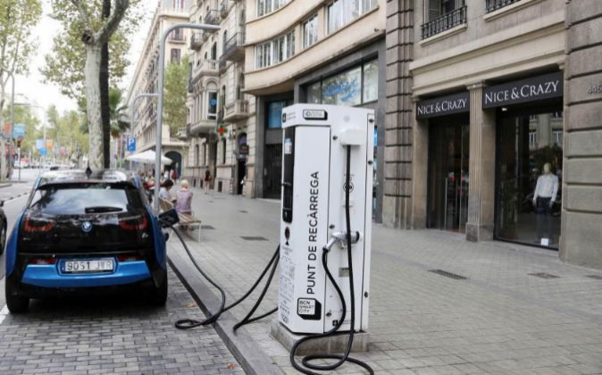 Punto de carga para coches eléctricos en Barcelona.