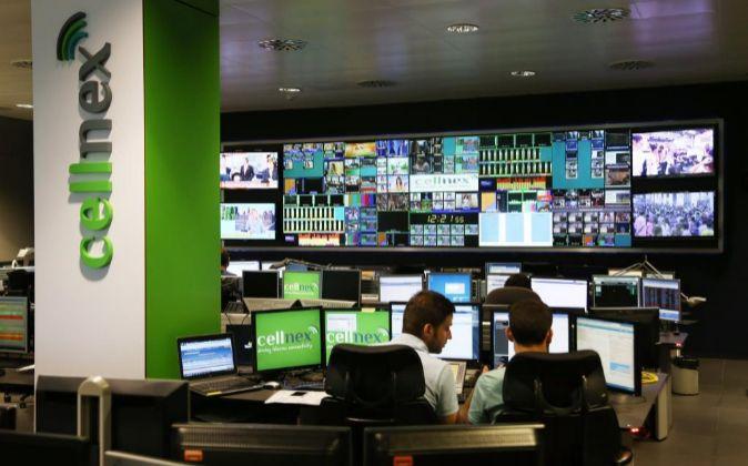 Torre Collcerola de telecomunicaciones en la sala central de Cellnex...