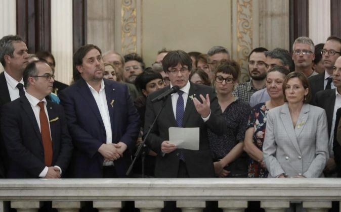 El expresidente de la Generalitat, Carles Puigdemont (c) junto al...