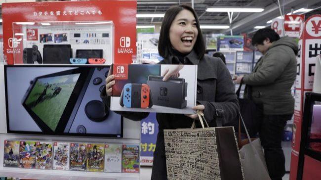 Una compradora japonesa con la nueva Nintendo Switch.