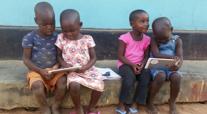 Niños en Uganda con tabletas del proyecto ProFuturo de la Fundación...