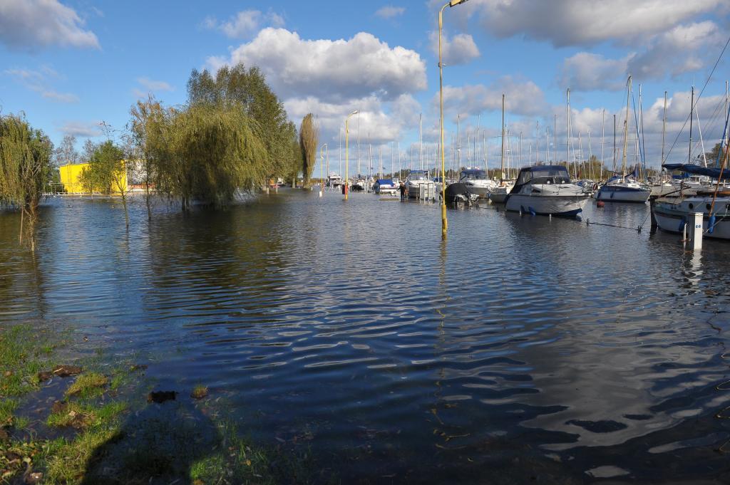 Vista de un embarcadero inundado debido a una crecida en el lago Dabie...