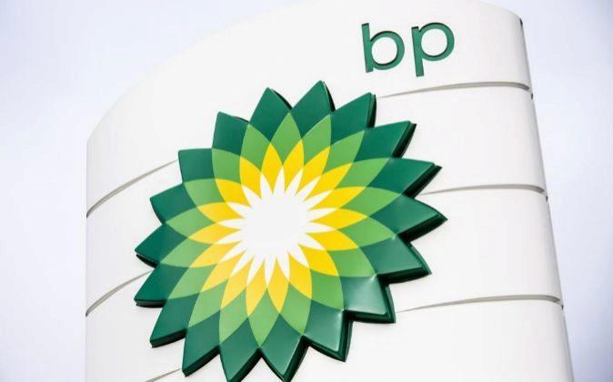Logo en una gasolinera de BP