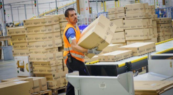 Operario en un centro logístico de Amazon en España.