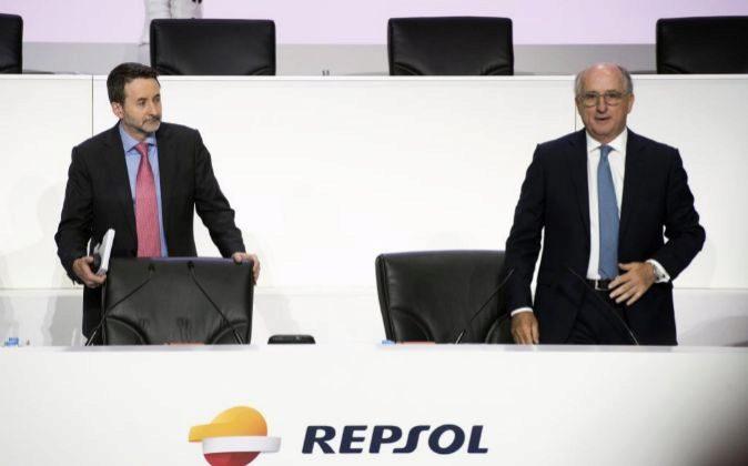 Jon Josu Imaz y Antonio Brufau, consejero delegado y presidente de...