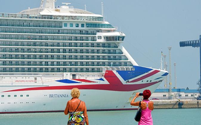 El crucero Britannia, uno de los más grandes del mundo, atracado en...