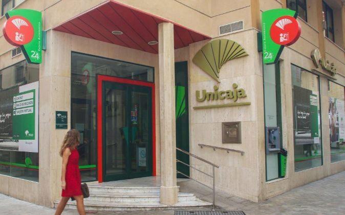 Fachada de una sucursal de Unicaja banco.