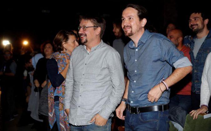 El secretario general de Podemos, Pablo Iglesias (d) y el portavoz de...