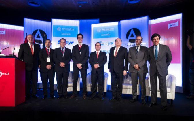 De izquierda a derecha: José Antonio García Belaunde (embajador de...