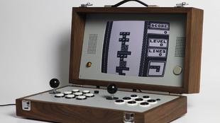 La máquina recreativa Cary42 incluye más de cien opciones de juegos...