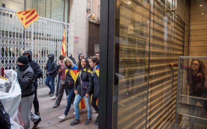 Un grupo de piquetes obligaron a cerrar varias tiendas en el centro de...
