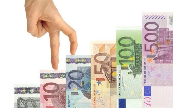 Escalera formada por billetes de euro.