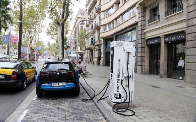 Carga de coches eléctricos en la diagonal de Barcelona.