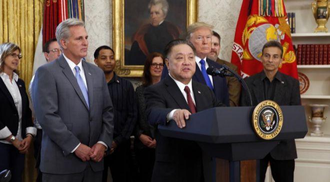 En la Casa Blanca. El presidente de Broadcom, Hock Tan, con Donald...
