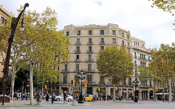 El edificio está situado en el número 30 del Passeig de Gràcia, en...