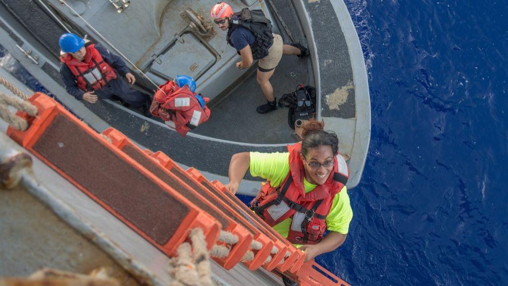 Tasha Fuiava, una de las dos náufragas, subiendo al 'USS...