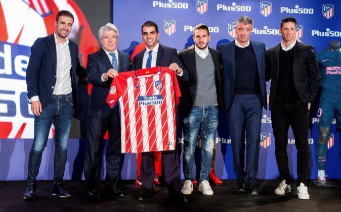 El presidente del Atlético de Madrid, Enrique Cerezo (2i), y el CEO...