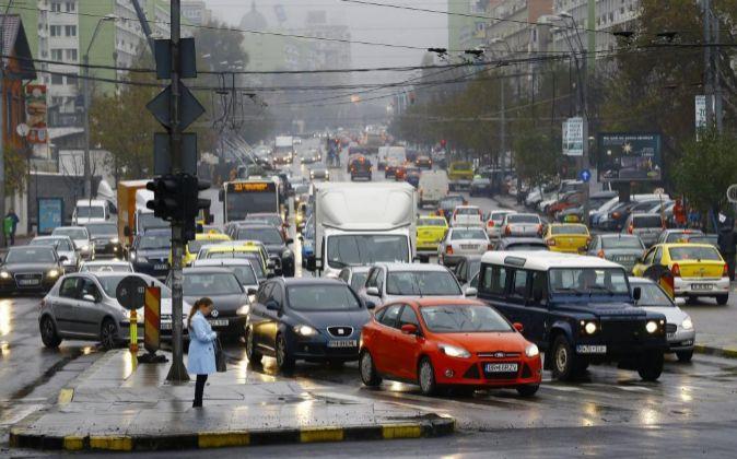 Vehículos circulan en Tineretului plaza en Bucarest.