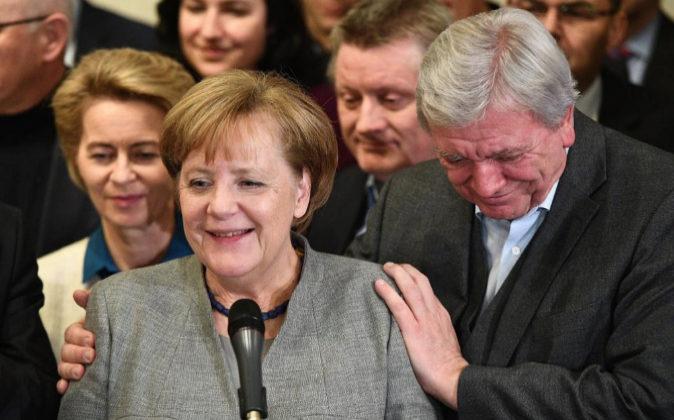 Angela Merkel y Volker Bouffier, de la CDU, dan una rueda de prensa...
