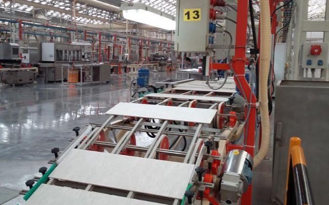 Línea de producción de una planta de azulejos de Porcelanosa en...