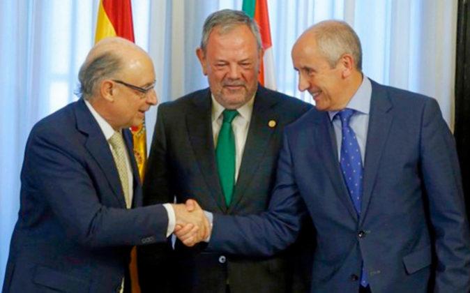 El ministro de Hacienda, Cristóbal Montoro; el consejero vasco de...
