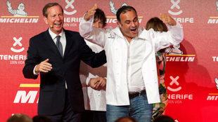 El cocinero Ángel León (d) acompañado por el director internacional...