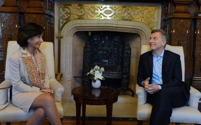 El presidente argentino, Mauricio Macri (d), se reúne con la...