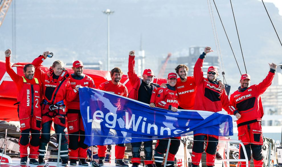 La tripulación del Mapfre celebra la victoria en aguas de Ciudad del...