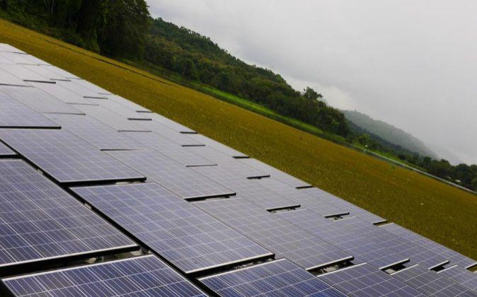 Red de paneles solares en el Canal de Panamá.