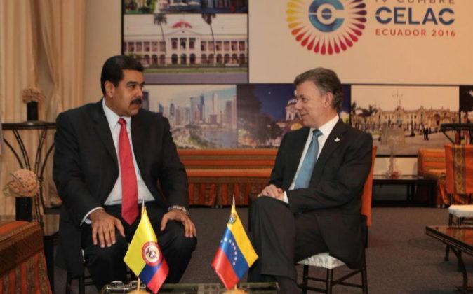 El presidente de Venezuela, Nicolás Maduro, junto a su homólogo...