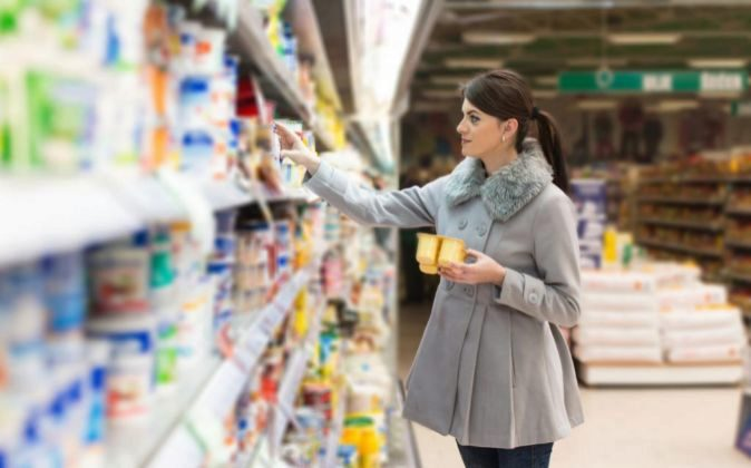 Una mujer en u supermercado.