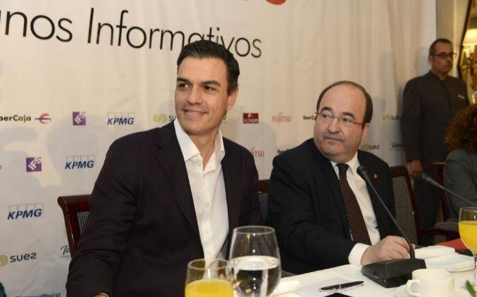 El líder del PSOE, Pedro Sáncehz, junto al candidato del PSC a la...