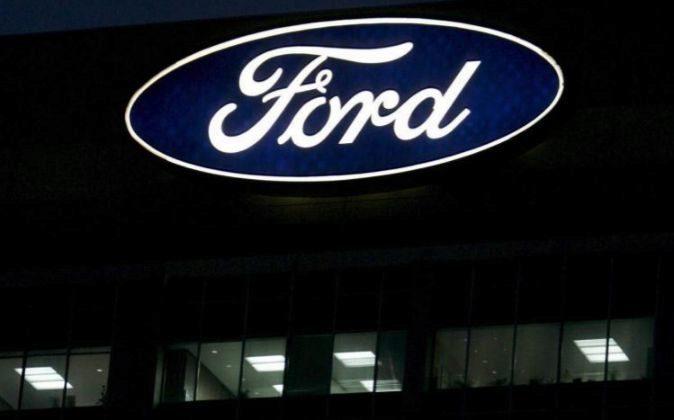 La sede de Ford Motor con algunas luces encendidas en Dearborn,...