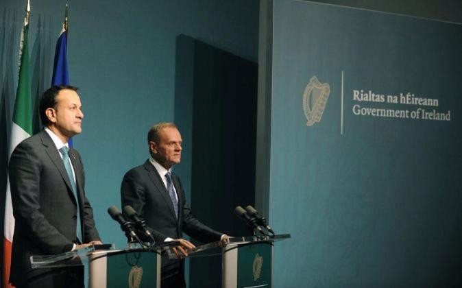 El primer ministro irlandés, Leo Varadkar (i), y el presidente del...