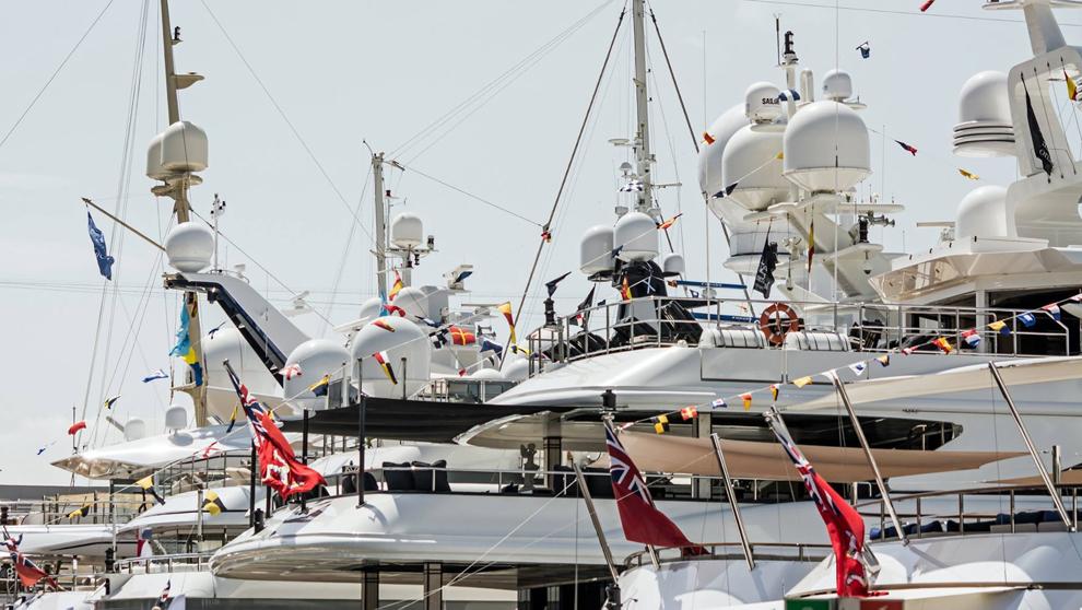 Embarcaciones de gran eslora en la marina One Ocean Port Vell.
