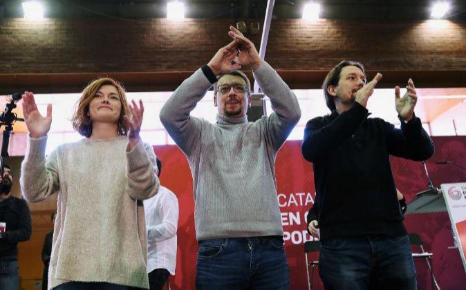El secretario general de Podemos, Pablo Iglesias (d), junto al...