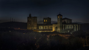 Aire medieval: Anochecer en la localidad del norte de Guadalajara, con...