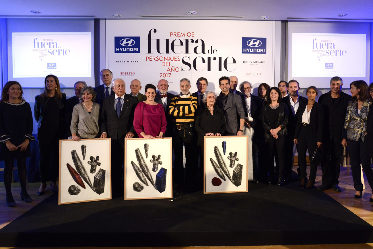 Foto de familia de los premiados y las personas que entregan los...