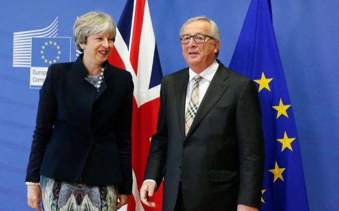 El presidente de la CE, Jean-Claude Juncker, y la primera ministra...